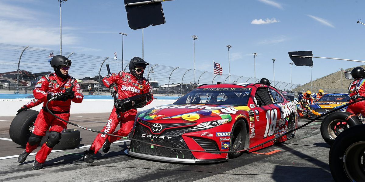 Kyle Busch completes sweep in Arizona desert
