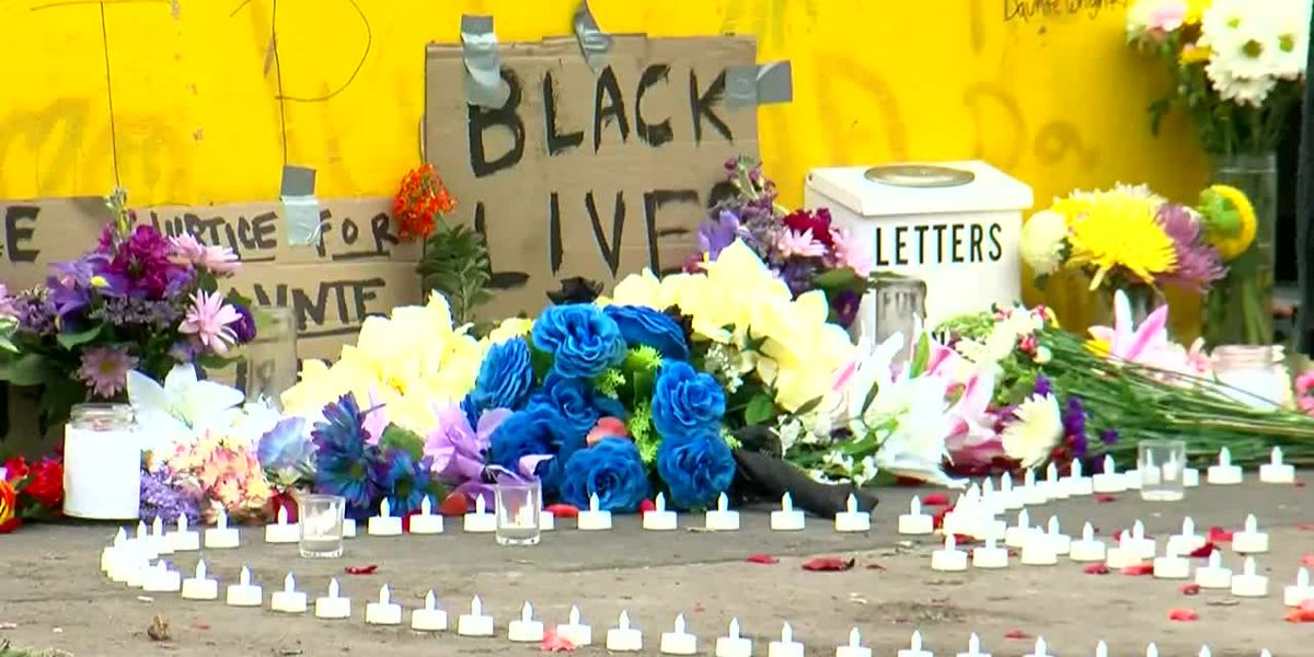 Families mourn at spot where Daunte Wright was killed
